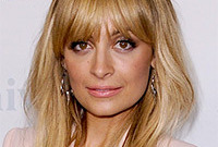 Nicole-richie-makeup-to-match-pastel-clothing-side
